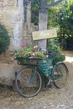 Bicycle/Flower Basket beside sign? Old Bicycle, Bicycle Art, Old Bikes, Bicycle Rims, Bicycle Basket, Bicycle Painting, Bike Planter, Velo Retro, Vintage Bicycles