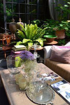 The Joy of Flowers at the home of Walda Pairon - Belgian Pearls Belgian Pearls, Cozy Living Spaces, Living Rooms, Three Season Room, Belgian Style, Wonderful Flowers, Cozy House, Decorative Items, Flower Arrangements