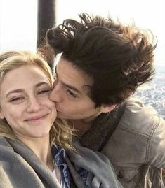 cole sprouse i lili reinhart Riverdale Funny, Bughead Riverdale, Riverdale Memes, Lily Cole, Betty Cooper, Riverdale Betty And Jughead, Zack Y Cody, Lili Reinhart And Cole Sprouse, Cole Sprouse Jughead