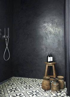 Une belle douche à l & italienne en béton ciré noir et un sol en carreaux d ....
