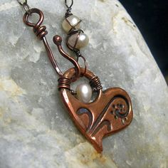 katalinajewelry - Textured Copper Heart Necklace with White Pearls Heart Jewelry, Photo Jewelry, Wire Jewelry, Pendant Jewelry, Jewelry Crafts, Beaded Jewelry, Jewelery, Jewelry Necklaces, Diy Jewelry Inspiration