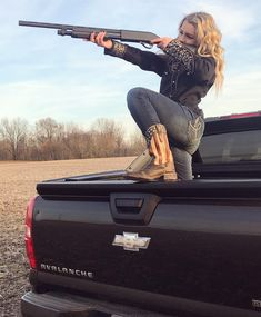 You can tell a lot about a girl by her hands. For example, if she's holdin' a gun, either run or marry her -EarlDibblesJr♥️ My Kind Of Woman, Hunting Girls, Military Girl, Trucks And Girls, Shotgun, Pickup Trucks, Country Girls, Senior Pictures, Jeans