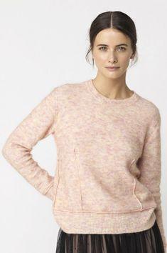 Nydelig kort gammelrosa genser fra By Malene Birger i kidmohairmix. Laget av 34% Ull 34% Kidmohair 27% Polyamid 5% Elastan.