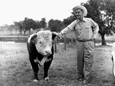 Lyndon Johnson, then the vice president-elect, with a prize-winning Hereford bull on his ranch near Johnson City, Texas, in Linguists say the twang that has long been synonymous with Texans is fading. George Washington Quotes, Livestock Farming, Presidential History, Texas Ranch, History Activities, Johnson City, Hereford, Texans, Great Photos