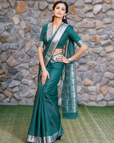 a collection of poses in saree for photos from celebrities. Check out full of celebrities in graceful saree poses list that could make you look stellar! Saree Blouse Neck Designs, Fancy Blouse Designs, Saree Blouse Patterns, Saris Indios, Modern Saree, Stylish Blouse Design, Saree Look, Saree Styles, Indian Fashion
