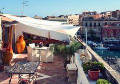 Pizza, Pasta und Amore: La bella vita in Sizilien! In diesem Ferienhaus könnt Ihr sogar mit einen atemberaubenden Blick über den Golf von #Syrakus und auf #Ortigia zu Abendessen.   #ferienwohnung #relaxtime #holiday #Erholungpur #Angebot #Urlaub #reservierennichtvergessen #Urlaub2015 #urlaubsfeeling #treatyourself #secretgarden #marrakesch #eintraumhier #instadaily #beautiful #luxury #iminheaven #romanticplace #italien #sizilien #italy #sicily #syrakus #ortigia