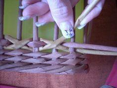Moje pletení z papíru - Fotoalbum - NÁVOD - VZORY PLETENÍ - NÁVOD NA DIAMANTOVOU VAZBU Newspaper Basket, Newspaper Crafts, Willow Weaving, Basket Weaving, Diy Paper, Paper Art, Recycled Paper Crafts, Magazine Crafts, Paper Weaving