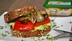 Recept: Plantaardige super sandwich met humus, avocado en paddenstoelen (vegan)