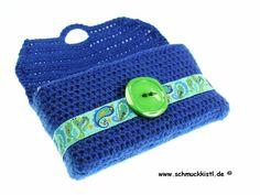Für die Farbaktion JuniWelle habe ich diese Taschentuchtasch (Tatüta) in royalbalu gehäkelt. Verziert mit einem wunderschönen Webband in Paisleymus...