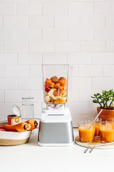 This Fall Harvest Pumpkin-Carrot Blender Juice is made with apples, pineapple, pumpkin, carrots & pumpkin spice. It's the most refreshing way to enjoy fall! Carrot Recipes, Pumpkin Recipes, Fall Recipes, Juice Recipes, Healthy Juices, Healthy Drinks, Healthy Food, Strawberry Banana Milkshake, Juicing With A Blender