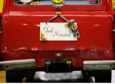 DIY Just Married Sign on http://ruffledblog.com