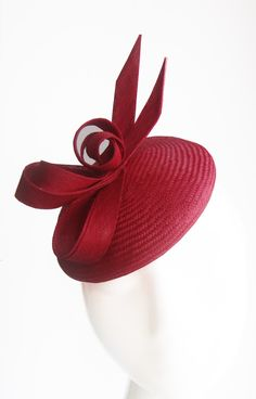 London based milliner who handcrafts a unique and luxurious range of stylish ladies hats, headpieces and bridal accessories for weddings and race days Fancy Hats, Cool Hats, Emo Jewelry, English Hats, Occasion Hats, Run For The Roses, Red Hat Society, Cocktail Hat, Wedding Hats
