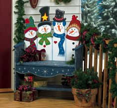 Snowman Bench Woodcraft Pattern  You're sure to get lots of compliments when holiday guests spot the delightful snowman bench. #diy #woodcraftpatterns