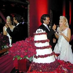 Wedding cake Gwen Stefani and Gavin Rossdale sprinkled with red rose petals