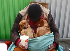 """When we see a homeless person sitting on the street, the sight breaks our hearts. What is even more heartbreaking is to see them and their pets, trying to live day-to-day.""""Check out these photos of homeless people and their pets, and hopefully we will think more about the issues that around us every day, seen but not noticed."""