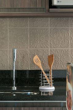 O revestimento da linha Twenty Deluxe, da Decortiles, traz personalidade à cozinha.
