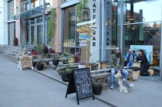 Coffee shop, bar and record store - the first place in Oslo to combine coffee, microbrew and vinyl. Hendrix Ibsen bakes its own cookies and. Nitro Beer, Nitro Coffee, Coffee Cans, Coffee Shop, Stevens Point, Dark Beer, Ginger Ale, Best Coffee, Oslo