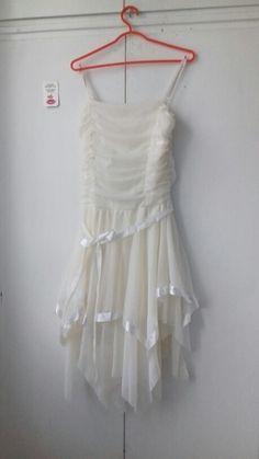 Bílé rozevláté šaty