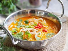 Pikantna zupa tajska z makaronem / Spicy Thai noodle soup Asian Recipes, Gourmet Recipes, Soup Recipes, Healthy Recipes, Recipies, Thai Noodle Soups, Spicy Thai Noodles, Love Eat, Food Print