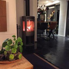"""nuevo-interiordesign on Instagram: """"🖤 Heerlijke warmte en gezellig ! Een fijne avond allemaal 🖤#houtkachel #interieur #interieurdesign #interieurinspiratie #interieurontwerper…"""""""
