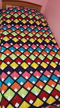 Her Crochet Granny Square - Diy Crafts Crochet Bedspread, Crochet Square Patterns, Crochet Quilt, Crochet Stitches Patterns, Crochet Squares, Crochet Granny, Baby Knitting Patterns, Baby Blanket Crochet, Diy Crafts Crochet