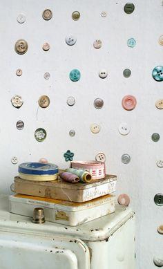 Knoopjes behang van Studio Ditte. Hoe lief voor op de kinderkamer?