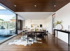 Curva House is a private residence designed by LSA Architects & Interior Design. The home is located in Australia. Modern Dining Table, Dining Area, Cowhide Rug Decor, Modern Interior Design, Interior Architecture, Glazed Walls, Melbourne House, Cow Hide Rug, Dining Room Design