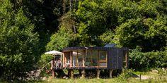 ook een huis op palen, en dan als echte boomstammen, wauw, deze woning staat trouwens ook in een rivierbedding