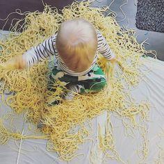 3. Spaghetti playtime!   Tgeluksvogeltjeblogt spelen sensomotorisch voelen proeven ruiken baby's activiteit kinderopvang gastouder Spaghetti, Baby, Baby Humor, Infant, Babies, Noodle, Babys