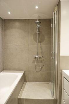 Cette petite salle de bains ne se prive pas du duo douche et baignoire
