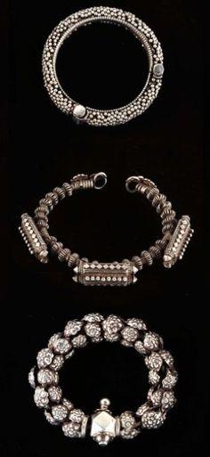 Lot de 3 bracelets montrant les diverses techniques, granulation, perles, petit reliquaire, plaques repoussées. Jolie patine. Argent Inde