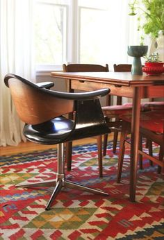 Love this dinning room, the kilim, the midcentury chairs, the nelson bubble lamp (not visible)...
