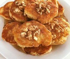 """Αφράτες νηστίσιμες τηγανίτες(μπορούν να γίνουν και λουκουμάδες) Μόνο με 2 υλικά με καρύδια,μέλι και κανέλα !!! 300 γρ. φαρινάπ, 330 ml κουτάκι ή μπουκάλι αναψυκτικό με ανθρακικό( πορτοκαλάδα,βυσσινάδα). Ανακατεύουμε και τηγανίζουμε σε ζεστό λάδι.Καλή όρεξη Sophia Fatseas""""ΟΙ ΧΡΥΣΟΧΕΡΕΣ / ΗΔΕΣ"""". Vegan Vegetarian, Vegetarian Recipes, Meals Without Meat, Greek Recipes, Pancakes, Deserts, Brunch, Food And Drink, Tasty"""