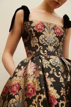 Classic beauty with a modern attitude. 2019 Classic beauty with a modern attitude. The post Classic beauty with a modern attitude. 2019 appeared first on Floral Decor. Look Fashion, High Fashion, Womens Fashion, Fashion Design, Baroque Fashion, Classy Fashion, Floral Fashion, Petite Fashion, Runway Fashion