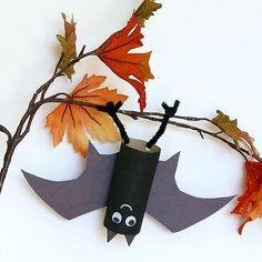 Basteln im Herbst: kleine Fledermaus aus Klopapierrolle in Herbstlaub #Basteln #DIY #Herbstdeko