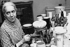Keramikerin Hedwig Bollhagen in ihrer Werkstatt
