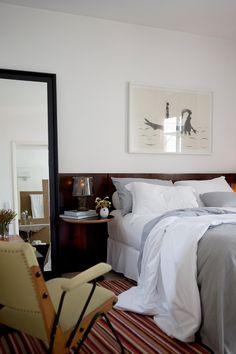 Sweet dreams - AD España, © Marco Antonio En la suite principal, el espejo fue diseño especial para este proyecto. La mesilla es de Fernando Jaeger y la lámpara sobre ella es una Cosy in Grey, de Harri Koskinen, en Muuto. El cuadro sobre la cama es de Florian Raiss.