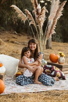 La Petite Photo mini session fall 2020 family set up boho pampa grass Gum Grove Park High End Crate Vintage Rustic Pumpkin Scare Crow Skelet Scare Crow, What Is Cute, Shot In The Dark, Fall Mini Sessions, Grove Park, Fall Family Photos, Vintage Fall, Family Set, News Boy Hat