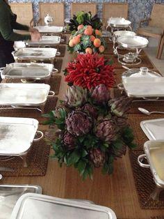Os arranjos da mesa são de Raymundo Basílio, chiquérrimos, todos de alcachofras, pimentas, beringelas e mini abóboras, lindos demais!