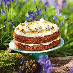 Deze prachtige taart van Jamie Oliver is gewoon gruwelijk lekker – maak hem en je weet het. Laagjesluchtige cake met een zalige mix van banaan en ananas, krokant pecanstrooisel en een likweergaloos roomkaasglazuur met limoen – kan het...