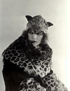 Silent film actress Louise Glaum wearing a Leopards Scalp for a hat. Kinda messed up. Vintage Fur, Vintage Glamour, Vintage Beauty, Vintage Photos, Vintage Outfits, Vintage Fashion, Fashion 1920s, Image Chat, Silent Film Stars