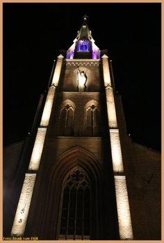 Met de juiste verlichting laat de Lambertuskerk al zijn beste architectonische elementen zien. Dit verlichtingsplan is in samenwerking met Led-e-Lux en gemeente Helmond ontworpen. Led, Empire State Building, Travel, Viajes, Destinations, Traveling, Trips