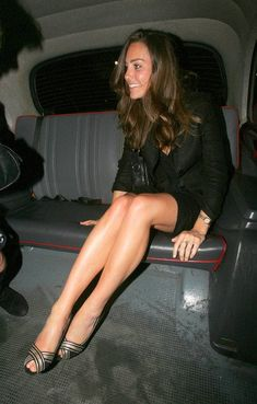 Duchess of Cambridge Catherine Elizabeth Middleton (kate middleton) legs Pippa Middleton, Kate Middleton Photos, Kate Middleton Young, Middleton Family, Lovely Legs, Great Legs, Prince William And Kate, William Kate, Kate And Pippa