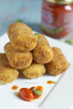 I paccheri fritti ripieni di ricotta e provola con pomodorini sono un antipasto vegetariano finger food croccante e goloso, dal cuore saporito e filante.