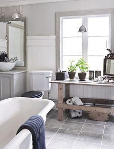 Swedish country style / Favoriterna är det egenrenoverade gjutjärnsbadkaret och kaminen. Extra kul är att de hittade badkaret i kohagen på granngården.