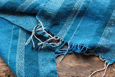 Sciarpa blu tessuta a mano in lana seta e cotone. di TheWovenSheep, €50.00