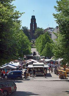 LAHTI ♥ Kaupungintalo ja kauppatori markkinapäivänä.  City Hall and marketplace. Photographer Ilona Reiniharju.