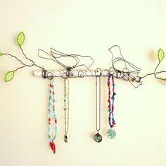 http://efemera-ink.blogspot.com.br/    Está na clausura menina por um fio de arame.  Invencionices de uma gaiola.  Mas é livre a cria...