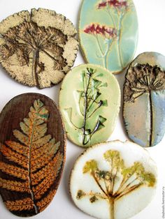 Stoneware Herb Magnets on NS Pottery. These look imprinted, very nice! Ceramic Jewelry, Ceramic Beads, Ceramic Clay, Ceramic Plates, Clay Jewelry, Ceramic Pottery, Pottery Art, Diy Clay, Clay Crafts