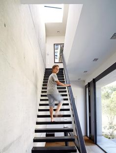 Villa treppenhaus modern  Die Beton Wände im Flur stellen einen Kontrast zum Walnussparkett ...